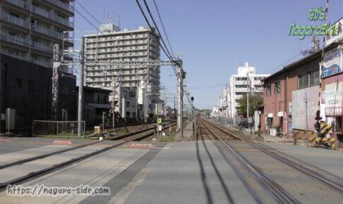 津新町駅となりの踏切。JRと近鉄が並走